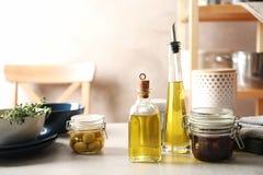 Świeży oliwa z oliwek i kuchenni naczynia zdjęcie stock