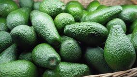 Świeży organicznie avocado przy rolnika rynkiem zdjęcie wideo