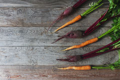 Świeży organicznie burak i marchewka na nieociosanym drewnianym tle, zdrowy styl życia, jesieni żniwo, surowi warzywa, odgórny wi Obrazy Stock