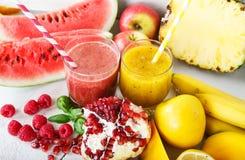 Świeży organicznie czerwieni i koloru żółtego smoothie Zdjęcie Stock