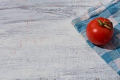 Świeży organicznie czerwony pomidor przy retro białego background/background/zbliżenia wciąż życia jedzenia karmową fotografią obraz stock