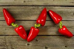 Świeży organicznie dzwonkowy pieprz, słodki pieprz na ciemnym drewnianym tle Odgórny widok zdjęcie royalty free