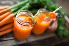 Świeży organicznie marchwiany sok Zdjęcia Royalty Free