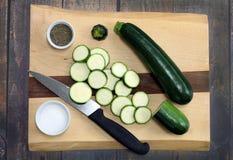Świeży, organicznie zucchini, Cały i pokrojony odgórny widok Fotografia Royalty Free
