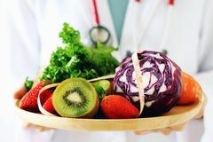 Świeży owoc i warzywo z pomiarową taśmą, diety jedzeniem i niskokalorycznym dla ciężar straty, fotografia stock