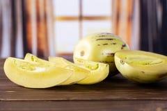 Świeży pasiasty pepino melon z zasłonami zdjęcia royalty free