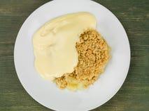 Świeży Piec Apple Rozdrobni deser Słuzyć Z Gorącym Custard Obraz Stock