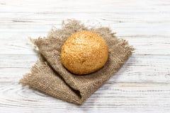 Świeży piec chleb lub babeczka z ziarnami na drewnianym stole sezamowymi i słonecznikowymi fotografia stock
