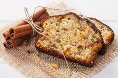 Świeży piec fruitcake z składnikami na deskach Obraz Royalty Free