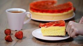 Świeży piec tort z truskawki galarety polewą zdjęcie wideo