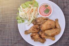 Świeży pieczony kurczak na białym talerzu Fotografia Royalty Free