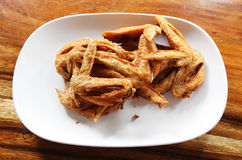 Świeży pieczony kurczak uskrzydla na białym talerza secie na drewnianym stole Zdjęcia Royalty Free