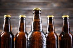 Świeży piwo w szklanych butelkach zdjęcia stock