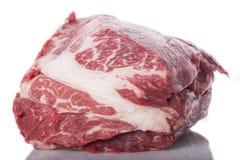 Świeży plasterek wołowiny mięso na Białym tle obrazy royalty free