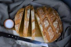 Świeży pokrojony biały chleb i sól obrazy royalty free