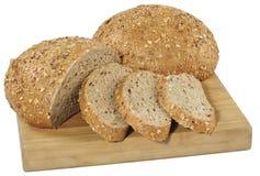 Świeży pokrojony chleb na drewnianej desce odizolowywającej na bielu Zdjęcie Royalty Free