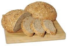 Świeży pokrojony chleb na drewnianej desce odizolowywającej na bielu Zdjęcie Stock
