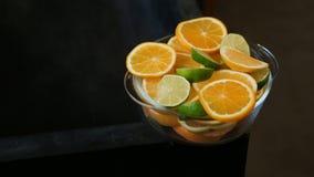 Świeży pomarańcze i wapna okrąg pokrajać słuzyć mię głębokiego puchar zbiory wideo