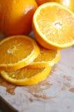 Świeży pomarańczowy plasterek na stole Fotografia Stock