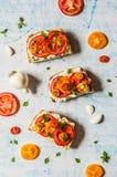 Świeży pomidor Bruschetta i basil fotografia stock