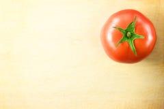 Świeży pomidor na drewnianej tnącej desce Fotografia Royalty Free