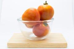 Świeży pomidor na szklanym pucharze nad drewnianą deską zdjęcia stock