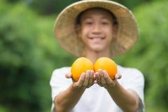 Świeży produkt pomarańczowe owoc na ręce z ono uśmiecha się młody rolnik zdjęcie royalty free