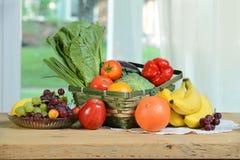 Świeży produkt spożywczy i kosz na stole Obraz Royalty Free