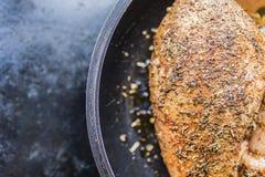 Świeży przepasuje kurczak pierś marynująca dla grilla na prawej stronie rama Zdjęcia Stock