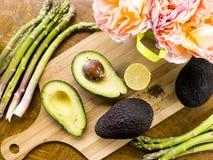 Świeży rżnięty avocado z asparagusem i cytryną Obrazy Stock