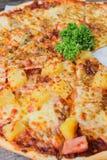 Świeży ser najwyższy i hawajczyk pizza Fotografia Stock