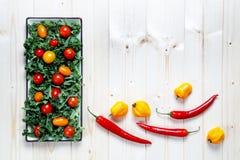 Świeży siekający przygotowany kale z czereśniowymi pomidorami i pieprzami obrazy royalty free