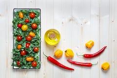 Świeży siekający przygotowany kale z pomidoru oliwa z oliwek i pieprzami obrazy stock