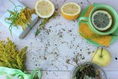 Świeży skład z filiżanką cytryny herbata, prezenta pudełkiem i wiązką jaskrawy yello, zawijającym z szorstkim białym papierem i d Obrazy Stock