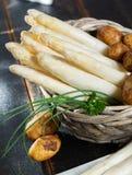 Świeży smakowity biały asparagus i grule, sezonowy warzywo, ne zdjęcie royalty free
