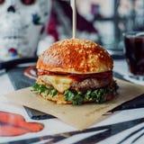 Świeży smakowity hamburger z czerwienią Obrazy Stock