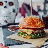Świeży smakowity hamburger z czerwienią Fotografia Royalty Free