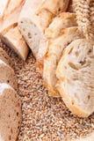 Świeży smakowity mieszany chlebowy plasterek piekarni bochenek Fotografia Stock