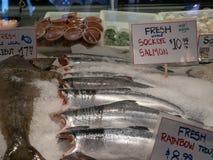 Świeży sockeye łosoś, tęcza pstrąg, halibut, sprzedaży ceny w lodzie przy rybiego rynku sklepu przodem i znaki, i fotografia royalty free