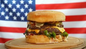 ?wie?y soczysty hamburger z serem, kumberlandem i warzywami wiruje na drewnianej desce na my chor?gwianego t?o, zbiory