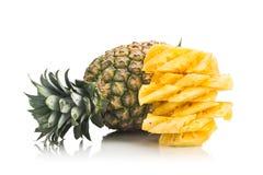 Świeży soczysty odżywczy rżnięty ananas z całą owoc jako backgro Obrazy Stock
