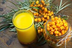 Świeży sok buckthorn jagody Zdjęcie Royalty Free