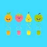 Świeży sok i szkła Apple, truskawka, bonkreta, pomarańczowa owoc z twarzami Zdjęcia Stock