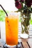 Świeży sok pomarańczowy w domu ogródzie Zdjęcie Royalty Free