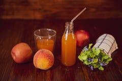 Świeży sok w butelce na drewnianym stole Obraz Stock