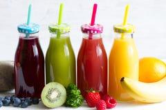 Świeży sok w owoc lilifestyle zdrowym pojęciu i butelce zdjęcia royalty free