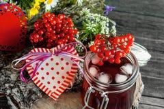 Świeży sok z lodem i viburnum na tle piękny bukiet dzicy kwiaty i serca dla walentynki ` s dnia Obraz Royalty Free