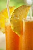 Świeży sok z pineaple plasterkiem Zdjęcia Stock