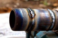 Świeży spawka koralik na metal tubce makro- fotografia royalty free