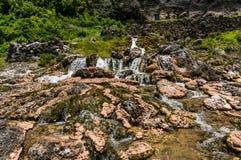 Świeży strumień biega nad skałami Fotografia Stock